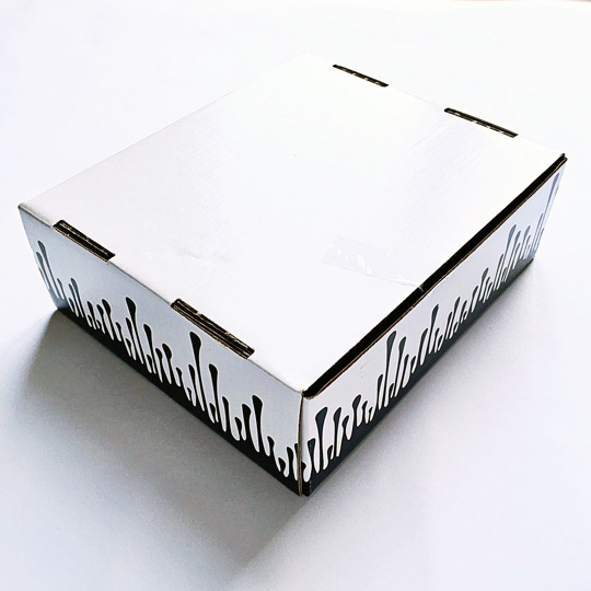 The infamous box with her trademark lip drips. I was so excited to see what's inside!