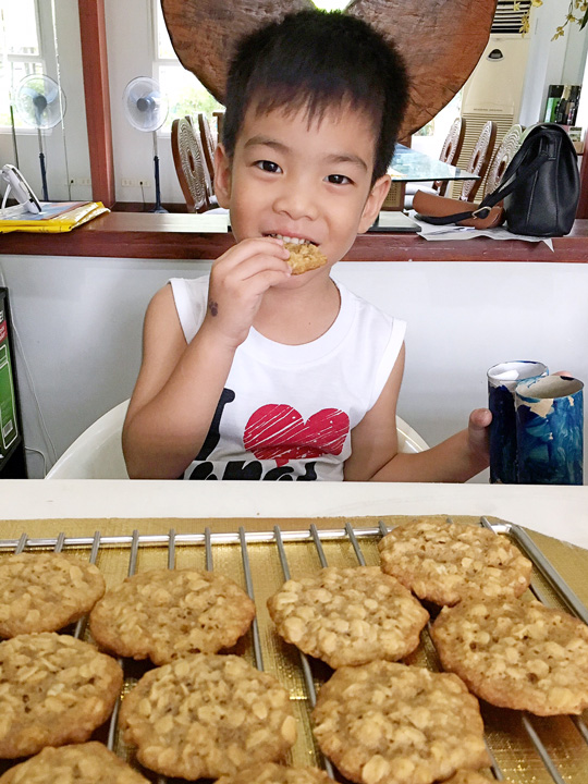 Look at that face! So adorbs and I love making people happy whenever I bake.